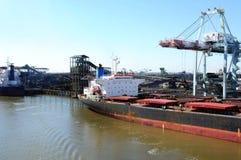 Frachtschiff an der Kohle-Raffinerie stockbilder