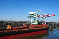 Frachtschiff an der Kohleraffinerie Lizenzfreie Stockbilder