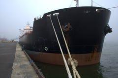 Frachtschiff am Dock Stockfotografie