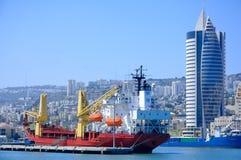 Frachtschiff in einem Kanal Lizenzfreie Stockfotografie