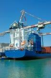 Frachtschiff in einem Kanal Lizenzfreie Stockfotos