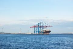 Frachtschiff geregelt im Seehafen Stockfotos