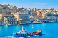 Frachtschiff in großartigem Hafen Vallettas, Malta lizenzfreies stockfoto