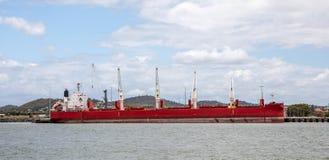 Frachtschiff am Hafen Lizenzfreies Stockbild