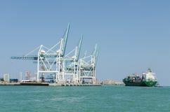 Frachtschiff am Hafen Stockfotos