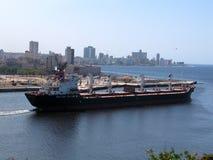 Frachtschiff am Havana-Schacht Lizenzfreie Stockfotos
