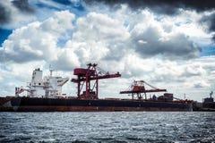 Frachtschiff im Hafen stockfotos