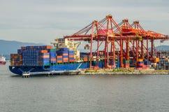 Frachtschiff im Hafen Lizenzfreie Stockfotografie