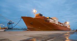Frachtschiff im Hafen bis zum Nacht stockfoto