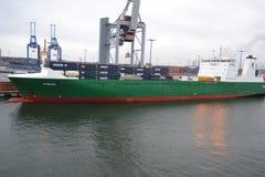 Frachtschiff im Hafen nahe Helsinki Stockbild