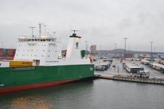 Frachtschiff im Hafen nahe Helsinki Stockfotografie