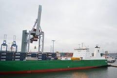 Frachtschiff im Hafen nahe Helsinki Stockfoto