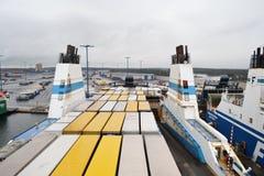 Frachtschiff im Hafen nahe Helsinki Lizenzfreie Stockfotos