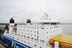 Frachtschiff im Hafen nahe Helsinki Lizenzfreies Stockbild