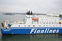 Frachtschiff im Hafen nahe Helsinki Stockfotos