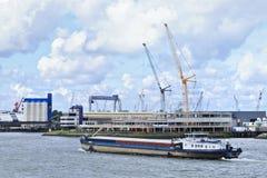 Frachtschiff im Hafen von Rotterdam. Stockbild