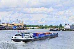 Frachtschiff im Hafen von Rotterdam. Lizenzfreie Stockbilder
