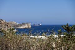Frachtschiff im Horizont Meerblickphotographie Lizenzfreie Stockbilder