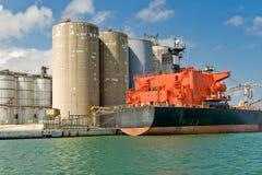 Frachtschiff im Kanal Lizenzfreie Stockfotografie