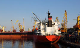 Frachtschiff im Kanal Stockfotos