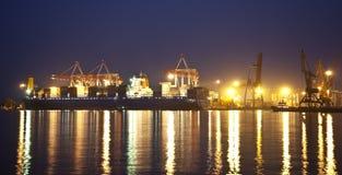 Frachtschiff im Kanal nachts Stockfoto