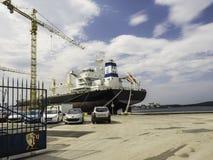 Frachtschiff im Kanal Pula Stockfotos