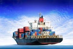 Frachtschiff im Ozean mit blauem Himmel stockfoto