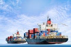Frachtschiff im Ozean mit den Vögeln, die in blauen Himmel fliegen Stockfoto