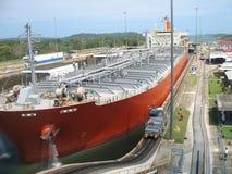 Frachtschiff im Panamakanal Lizenzfreie Stockbilder