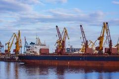 Frachtschiff im Seehafen Stockfotos