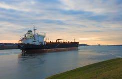 Frachtschiff im Sonnenuntergang Lizenzfreies Stockfoto