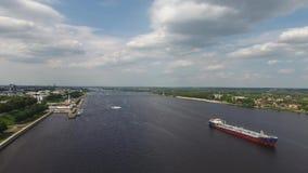Frachtschiff ist auf dem Fluss stock video
