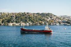 Frachtschiff in Istanbul auf dem Bosporus Lizenzfreies Stockbild