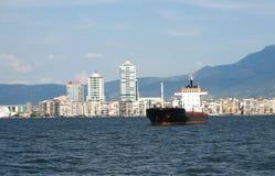 Frachtschiff in Izmir Lizenzfreies Stockbild