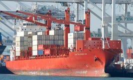 Frachtschiff KAPPEN-PALMERSTON-Laden am Hafen von Oakland Lizenzfreies Stockfoto