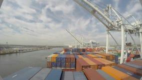 Frachtschiff kommt zum Hafen, automatische Kräne entladen Behälter im 4k Zeitspanneschuß, Meerblick an