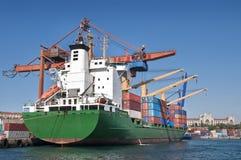 Frachtschiff-Laden-Behälter im Istanbul-Dock Lizenzfreie Stockbilder