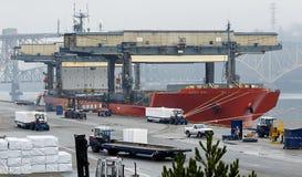 Frachtschiff-Laden am Dock Stockbild