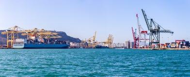 Frachtschiff-Ladenbehälter lizenzfreie stockfotos