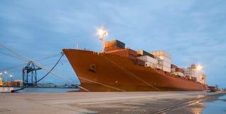 Frachtschiff-Ladenbehälter bis zum Nacht Stockfotos