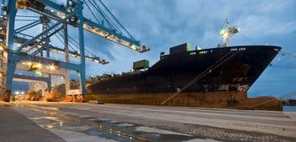 Frachtschiff-Ladenbehälter bis zum Nacht Lizenzfreie Stockbilder