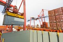 Frachtschiff-Ladenbehälter in Rotterdam Lizenzfreie Stockfotografie