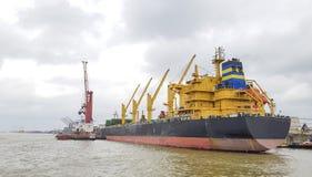 Frachtschiff machte im Hafen entlang dem Fluss fest stockbilder