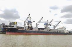 Frachtschiff machte im Hafen während der Frachtoperationen fest lizenzfreie stockfotos