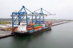 Frachtschiff mit Behältern im Kopenhagen-Seehafen Stockbild
