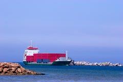 Frachtschiff mit roten Behältern stockfotografie