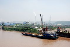 Frachtschiff mit Sand in der Bank vom Jangtse stockbilder