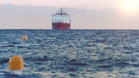 Frachtschiff mit Seebehälter-Frachttransport stock video