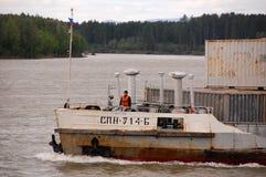 Frachtschiff mit Seemann in Kolyma-Fluss Stockbild