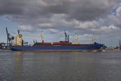 Frachtschiff mit Versandverpackungen Stockbilder